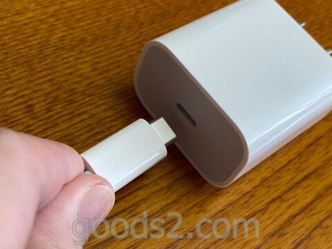 MagSafe充電器を電源アダプターに挿す