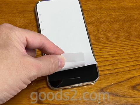 iPhone 12 Proのディスプレイ部分のシートをはがす