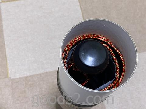 磁気ダーツボードを丸めて筒の入れ物に入れる