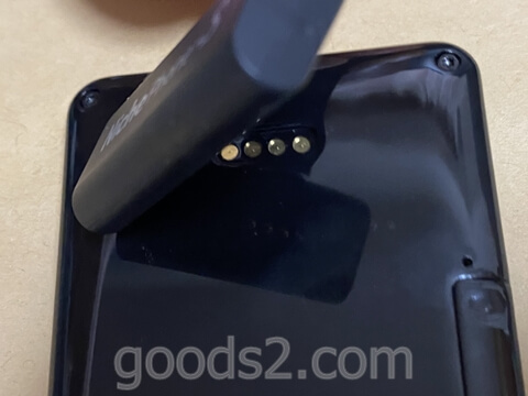 NichePhone-Sの充電用マグネットタッチ式DC端子を近づけていくと
