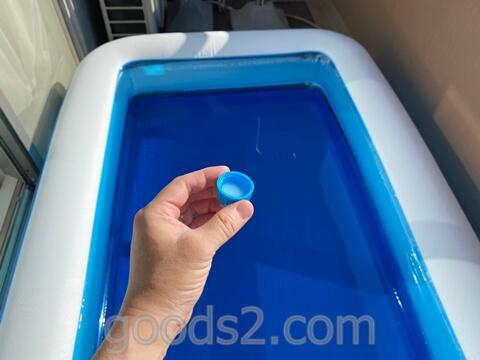 プールの非塩素除菌剤 SwiSuiをフタにそそぐ